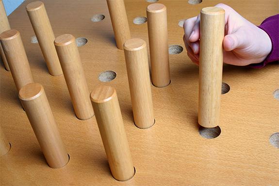 Physiotherapie Übung bei der Holzstücke in Löcher eingesetzt werden