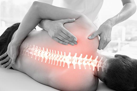 Ein Therapeut führt eine Physiotherapie an einem Patienten durch